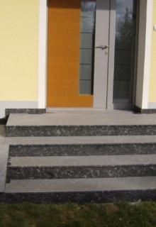 AußenGroßformatplatten-und-Stufen-aus-Azul-Noche-patiniert-2-3